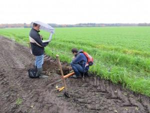 Ruud Bartholomeus (KWR) en Wilco Terink (FutureWater) kontroleren een automatische grondwaterstand-sensor/logger te KAD-proeflokatie Marwijksoord (foto Gé van den Eertwegh)